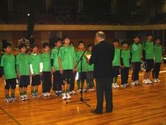 山本欣一富山市協会会長から表彰を受けるメンバー