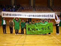 大会横断幕とともに6年生選手と保護者で記念撮影