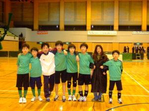 6年生とチームスタッフで記念撮影